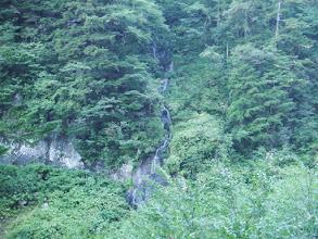 対岸に糸状の滝