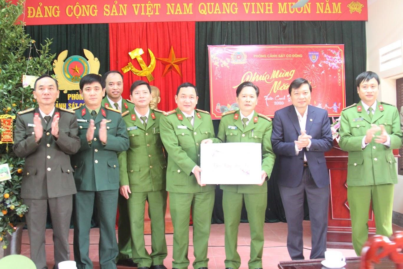 Phó Chủ tịch UBND tỉnh Lê Hồng Vinh thăm, chúc Tết phòng Cảnh sát cơ động