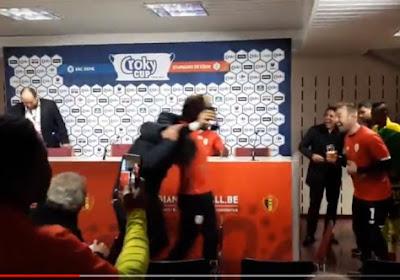 ? Les joueurs du Standard sont venus fêter leur entraîneur en salle de presse