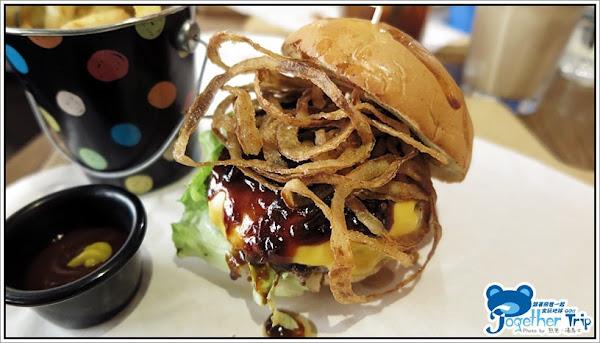 Burger Joint 7分SO崇德店│35公分的巨無霸坦克辣熱狗堡等您來挑戰!!! 紐約客豪華早午餐給您滿滿的飽足感,各式特色漢堡、潛艇堡、輕食與兒童餐每一樣都想點來嚐嚐!!! │台中。崇德路。北