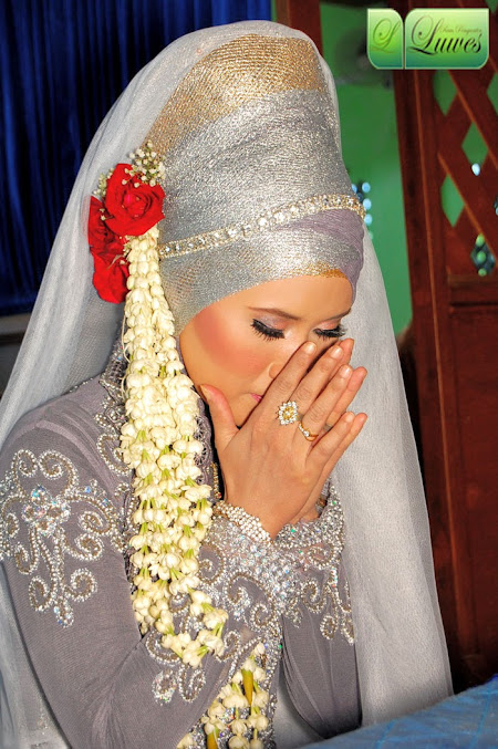 Pengantin muslimah menggunakan kerudung hijab modifikasi
