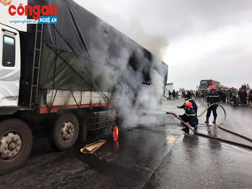 Tài xế đã cố gắng dập lửa bằng bình chữa cháy trên xe nhưng không hiệu quả