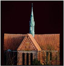 """Photo: Den Dachfirst des Münsters zu Neukloster bei Wismar sollte man gut beobachten.  Filialkirche der Mönche aus Cîteaux in der Region Burgund in Frankreich und als Kloster (Sonnencamp), das älteste Nonnenkloster des Landes Mecklenburg-Vorpommern. Der Orden der Zisterzienser war seit seiner Abspaltung von den Benediktinern im Jahre 1098 sehr erfolgreich. Schon 500 Jahre später gab es in Europa schon 300 weitere Klöster. Die Zisterzienser lebten von der eigenen Hände Arbeit """"Ora et labora"""" (deutsch: Bete und arbeite), betrieben Landwirtschaft, bauten Fischzuchtanlagen, legten Weinberge an und errichteten Wind- und Wassermühlen.  Nach der Reformation von 1555 wurde der gesamte Klosterbesitz vom Landesherrn eingezogen und aus dem bisherigen Klostergut das Amt Neukloster gebildet, das bis 1829 hier bestanden hat. Bei der Visitation im Jahre 1592 war das Kloster schon ganz von den Nonnen verlassen. Nach dem Westfälischen Frieden von 1648 mußte der Landesherr das Amt jedoch an das Königreich Schweden abtreten."""