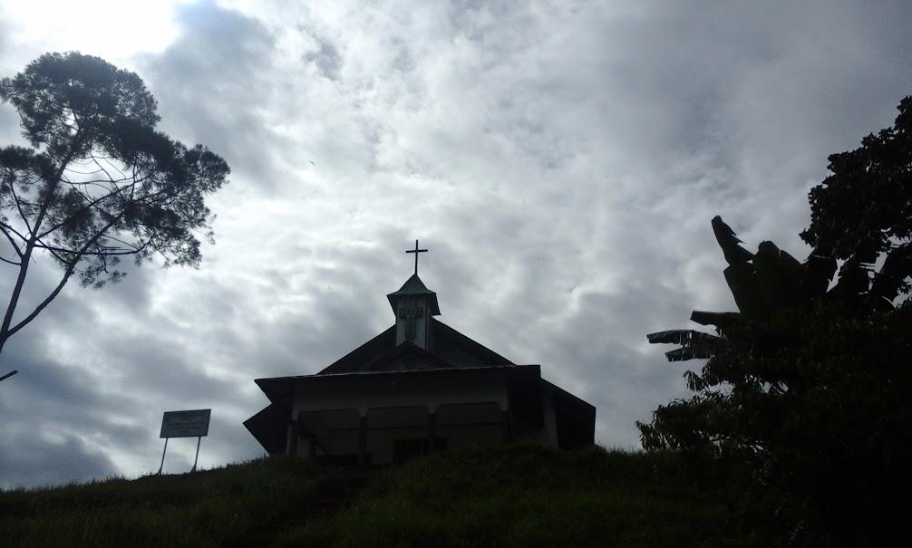 Salah satu bangunan gereja di Desa Long Nawang. Sama seperti bangunan lainnya, gereja terbuat dari kayu. Di sebelah gereja ini sedang dibangun gereja yang lebih besar berbahan beton. (Foto: Yudha PS)