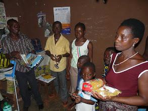 Photo: nous offrons livres et cahiers, dictionnaire et ballon, mais aussi des pâtes alimentaires