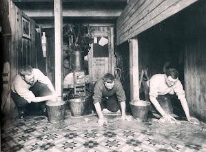 Photo: Lavando el suelo., Wordie, Cheetham y Macklin.