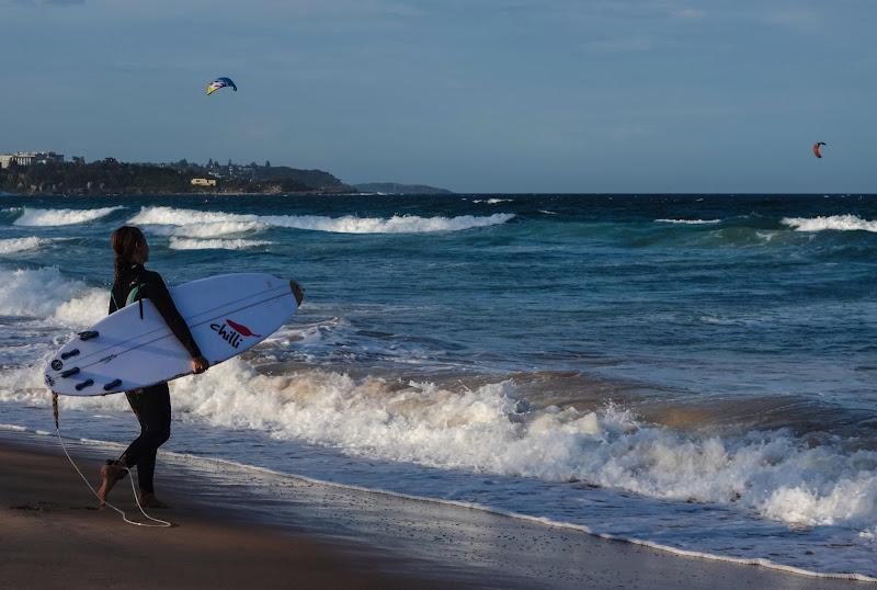 Ragazza con Tavola da Surf di Savino De Serio