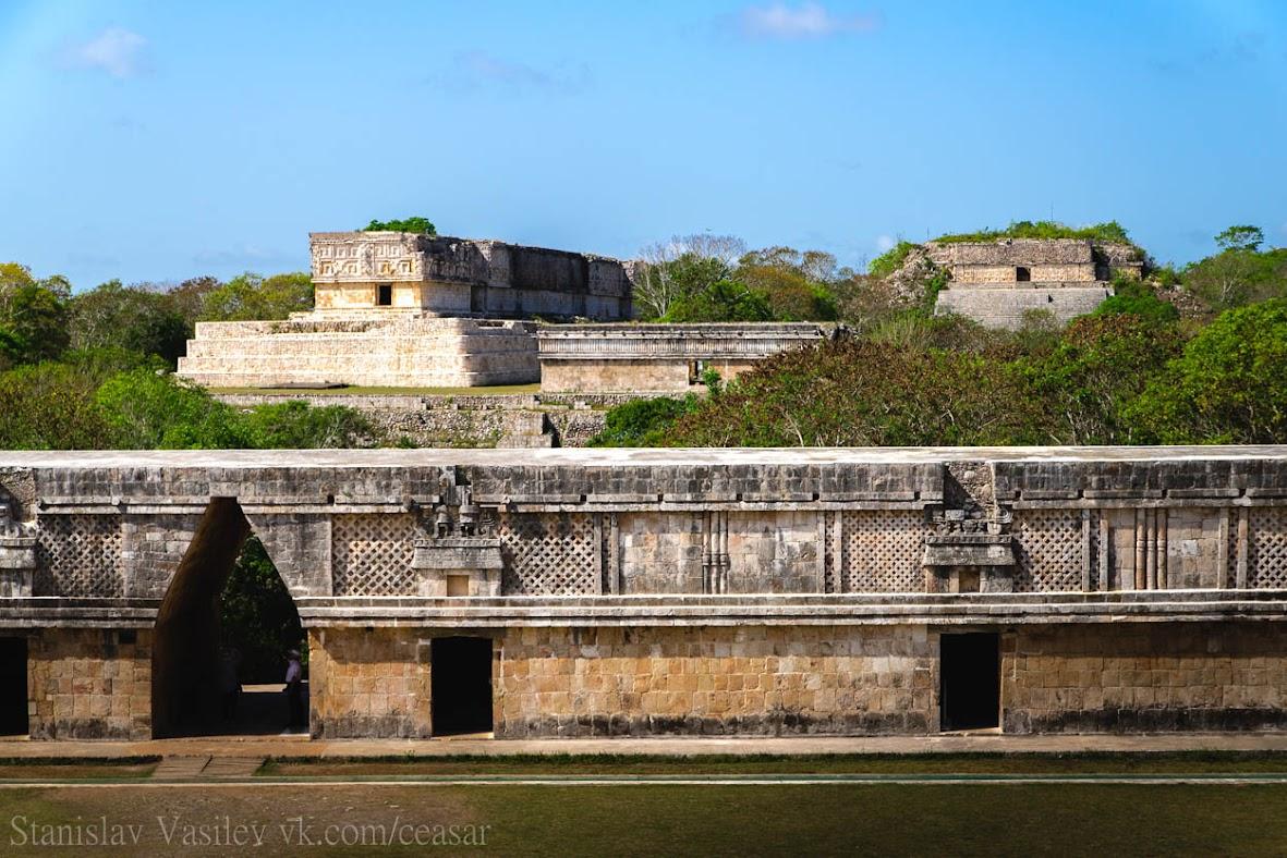 """""""Дворец правителя""""(слева) и """"Большую пирамиду""""(справа)"""