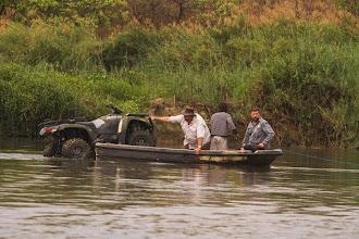 Photo: The Oceaneering team ferrying the quad A equipa da Oceaneering atravessando a moto