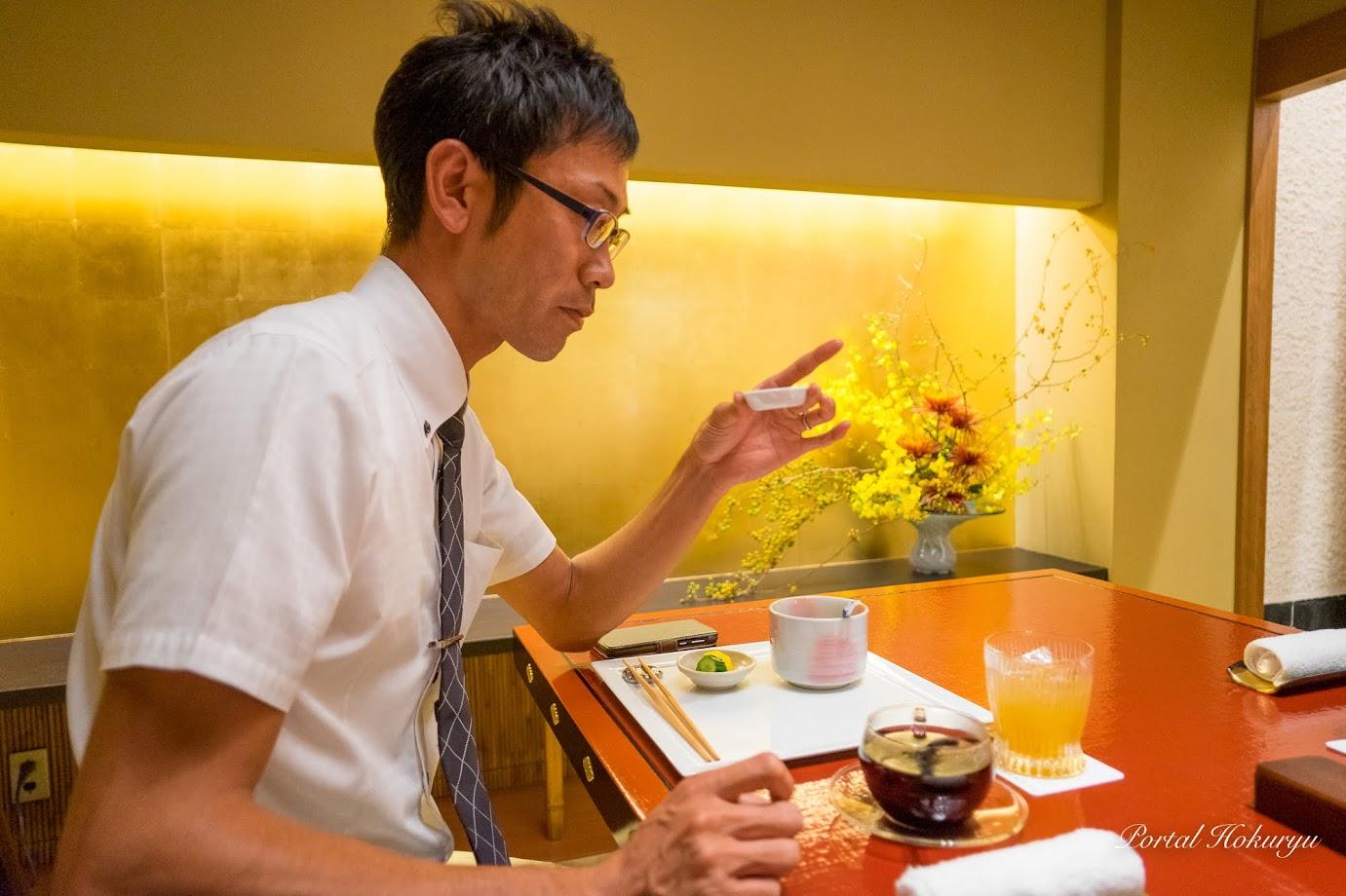 オリジナル焙煎の黒千石大豆を味見する田村係長