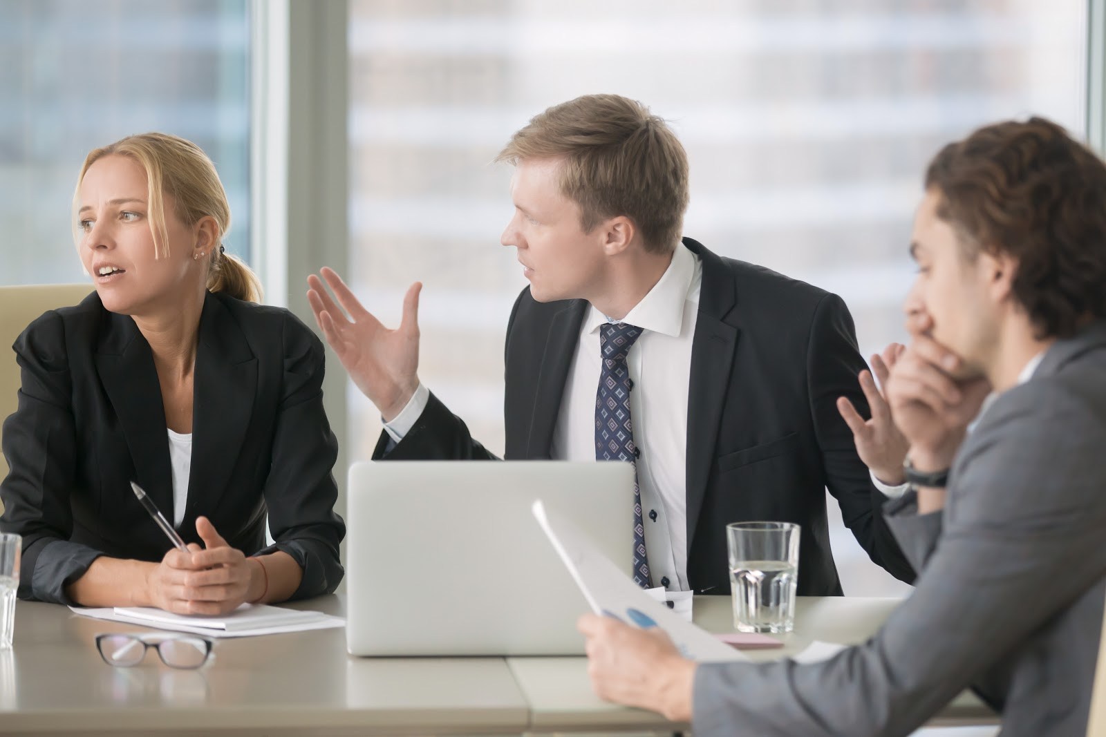 Um homem irritado com seus colegas de trabalho.
