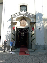 Photo: last preparations at the Church door