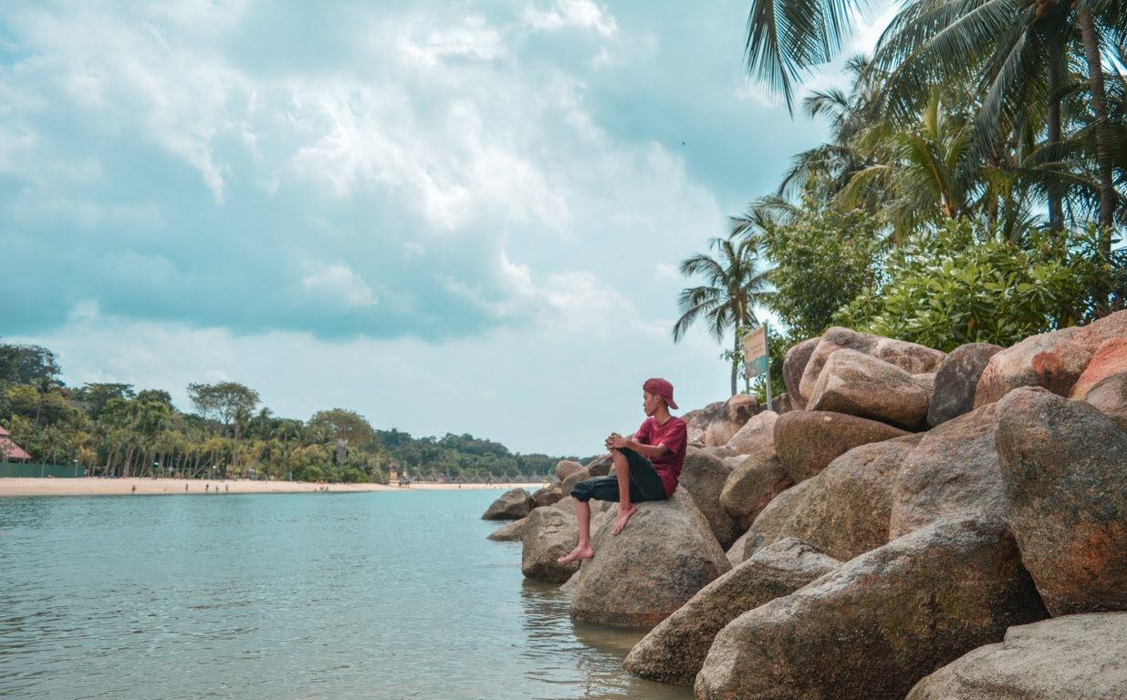 Istirahat dan menikmati Pantai Palawan