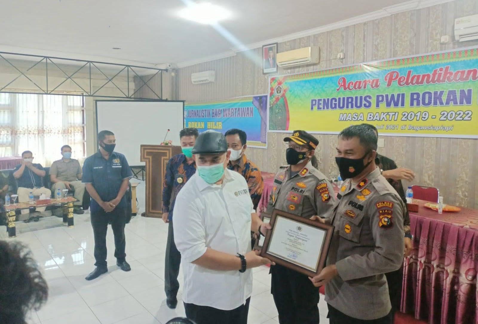 Kapolsek Bangko Terima Penghargaan Dari PWI Sebagai Kapolsek Humanis Namun Tegas