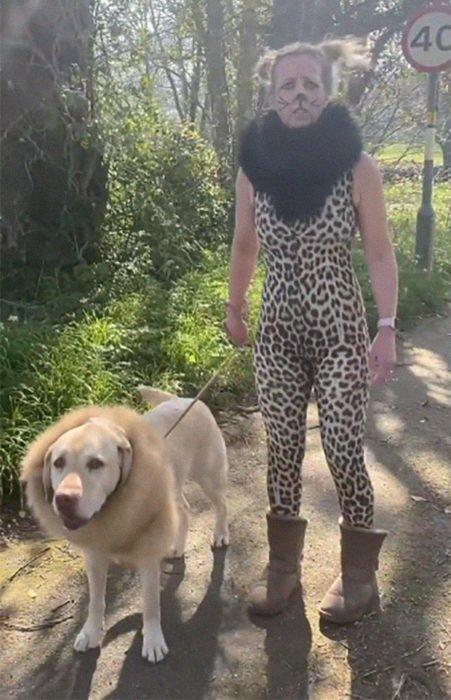 Mujer usa disfraz de cheeta mientras pasea a su perro