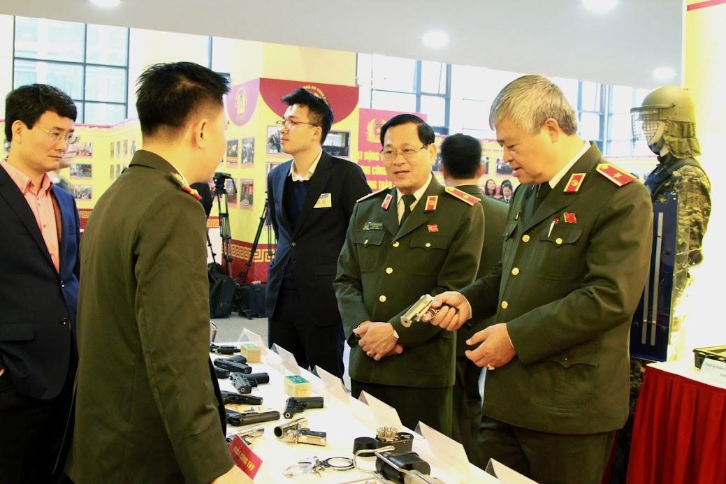 Thiếu tướng Nguyễn Hữu Cầu, Giám đốc Công an tỉnh Nghệ An tham quan triển lãm…
