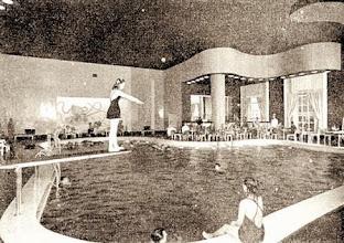 Photo: Piscina Térmica do Palácio Quitandinha. As pinturas nas paredes, reproduzindo animais marinhos não existem mais, assim como o trampolim, o bar e o mobiliário. Foto de 1944
