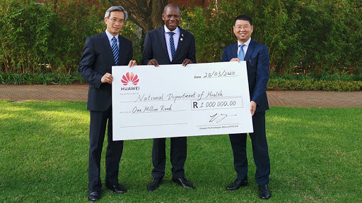 From left to right: Chinese ambassador to SA Lin Songtian, health minister Dr Zweli Mkhize and Huawei SA CEO Spawn Fan.