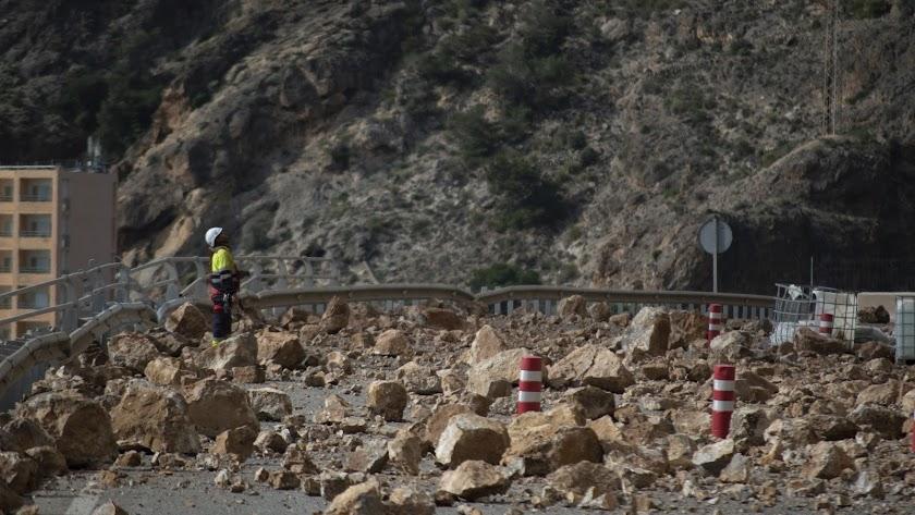 la carretera de El Cañarete sigue cortada por desprendimientos
