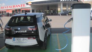 Un coche eléctrico de la empresa Proconsult, en un punto de recarga para estos vehículos en Almería.