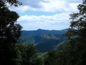 中央手前に竹ノ谷山