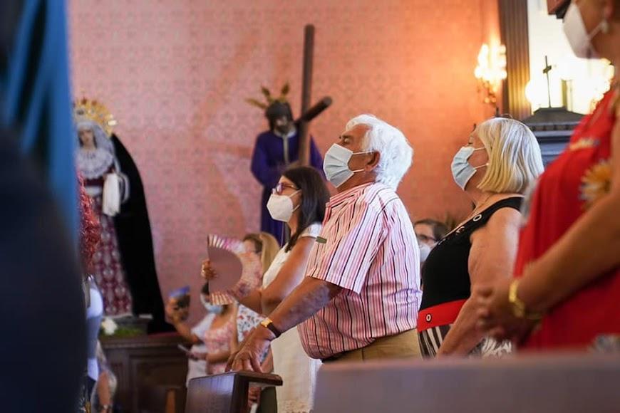 Muchos devotos asisten a la misa mayor.