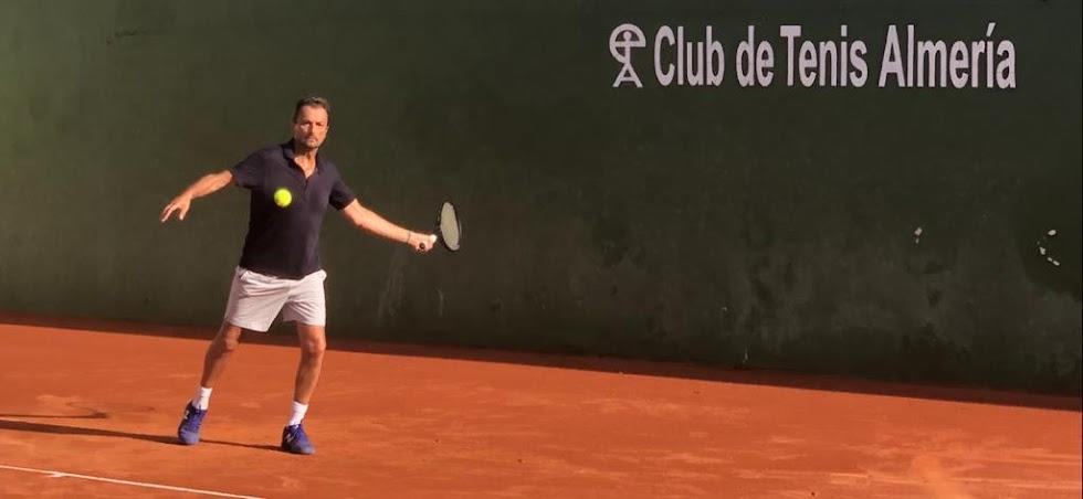 Henri Leconte en el Club de Tenis de Almería jugando un partido.