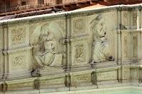 Fonte Gaia in de Piazza del Campo, Siena. Zijpaneel links met La Sapienza en La Speranza