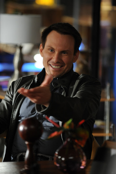 """Photo: BREAKING IN: Oz (Christian Slater) tries to trick Veronica in the """"Game of Jones"""" episode of BREAKING IN airing Tuesday, March 27 (9:30-10:00 PM ET/PT) on FOX. ©2012 Fox Broadcasting Co. Cr: Ray Mickshaw/FOX"""
