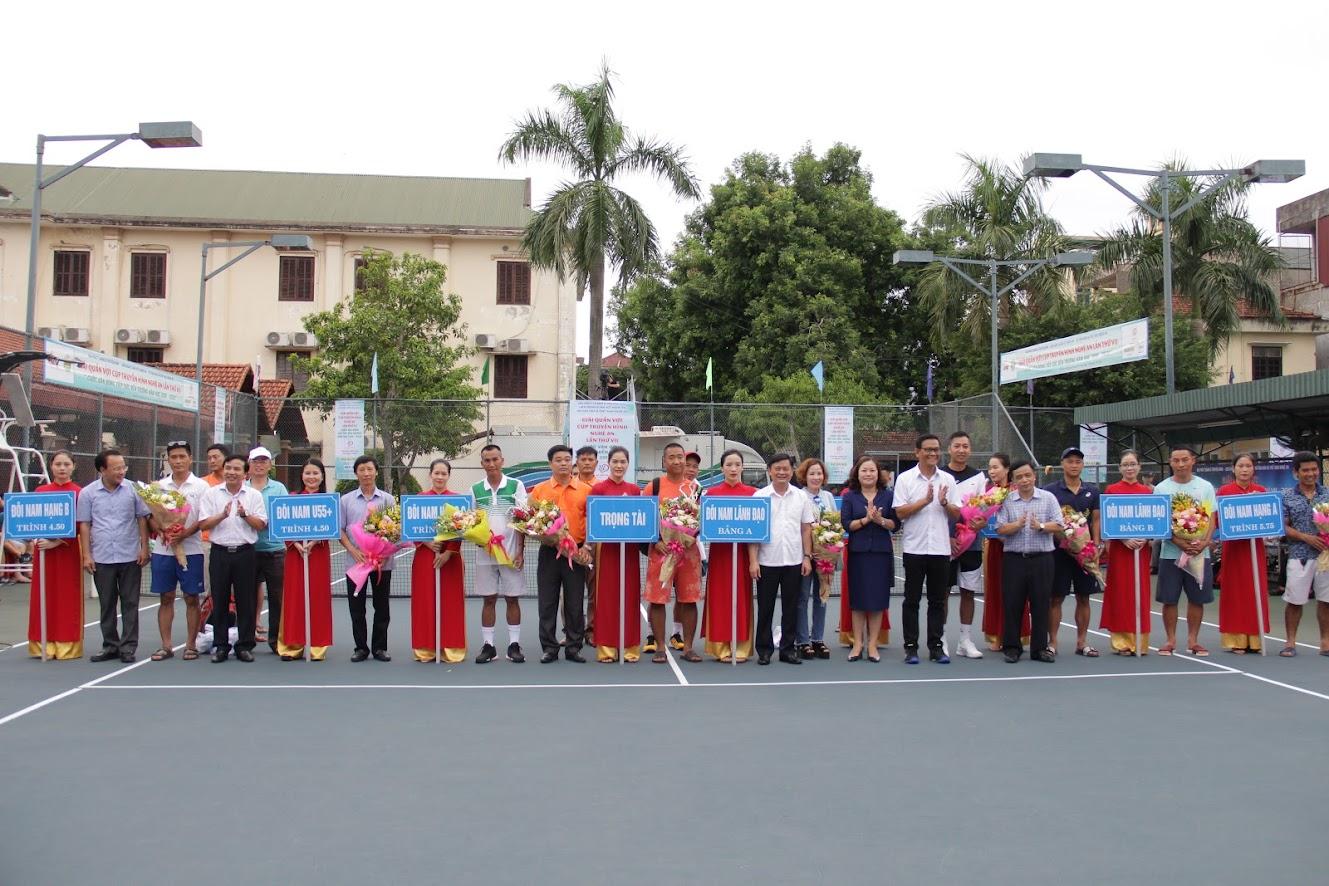 Các đại biểu tặng hoa cho các đoàn VĐV tham dự giải