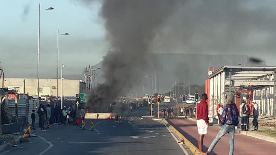 Voertuie gestenig, vragmotors brand op die tweede dag van 'taxi-betogings' in Kaapstad - SowetanLIVE