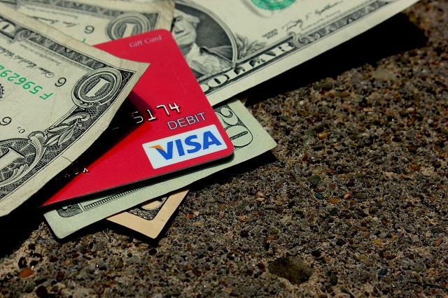 Khách hàng có thể lựa chọn sử dụng thẻ Visa của bất cứ ngân hàng nào mà mình mong muốn miễn sao thẻ Visa đó phù hợp với nhu cầu, mục đích của bản thân