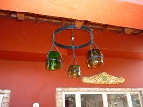 Photo: O portal de uma sala com vidros decorados com ramos de uva fosqueados. Acima um frontão de cerâmica decorado. http://celiamartins.blogspot.com/