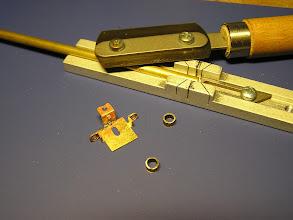 Photo: 7. Z mosazné trubky Ø 3.0 mm (vnitřní 2.0 mm) se nařežou těla brzdových válců. Na příčníku se naohýbají čela válců.