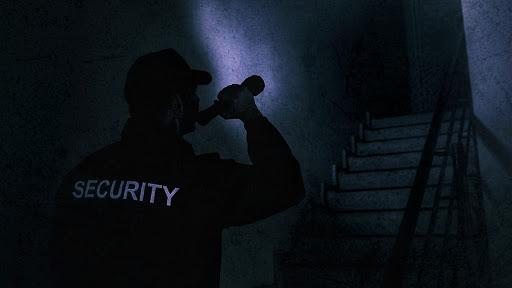 Guardia vigilando en la noche con una linterna en la mano