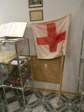 Photo: Мороз по коже... Таким флагом сигналили мирные жители, оказавшиеся заложниками в больнице Буденновска. Боевики, чтобы исключить штурм здания, прикрывались заложниками. Чтобы показать не попасть под пули российских спецслужб, заложники мастерили из наволочек и швабр белые флаги. Крест нарисован помадой...