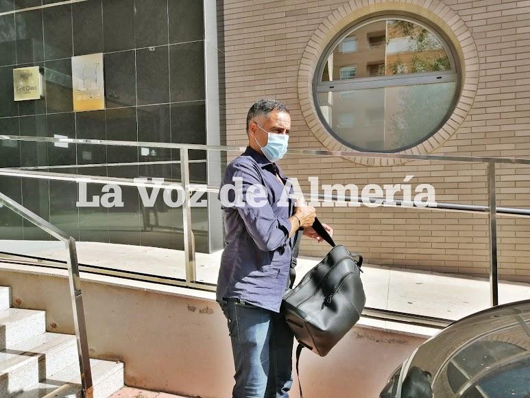 José Gomes saliendo del hotel.