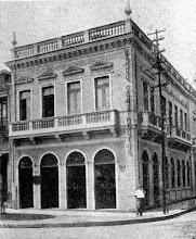 Photo: Predio aonde funcionou o Banco Constructor, ao lado do antigo Fórum, na Rua do Imperador. Foto do início do século XX