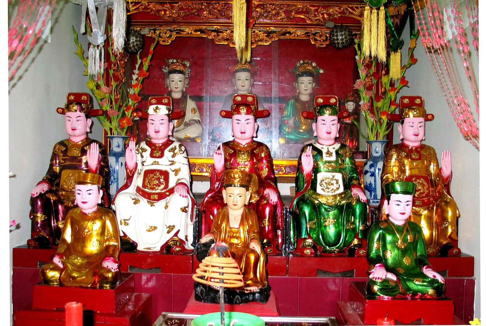 Không gian thờ mẫu trong chùa