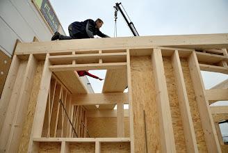 Photo: 08-11-2012 © ervanofoto Het dichtleggen van het dak is begonnen. De tweede plaat van het dak wordt op zijn plaats gebracht. Deze dakelementen hebben een van ± 18 cm.