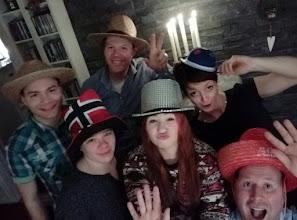 Photo: Die flotte Silvesterrunde mit Hut und Laecheln <3