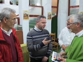 Photo: Rou1P46-151005Père Gabriel, adjoint du P.Michel curé St Lasif Munciatorul, avec Patrick & MJ, PiatraNeamt IMG_9386