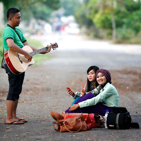 .: KEEP SMILE :. by Syamil Shafee - People Street & Candids ( #smile #candid #guitar #girl #beuty )