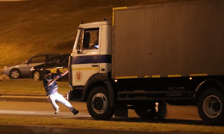 Грузовик милиции сбивает участника акции протеста в Минске