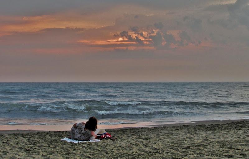 Un buon libro in riva al mare al tramonto di Giorgio Lucca
