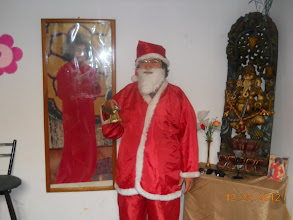 Photo: Qué grande Papá Noel!!! Con la bendición de Sai y Ganesha está listo para repartir los juguetes, golosinas y alimentos del Narayana Seva!!!