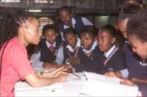 LOOK HERE: Mamokgethi Setati with pupils  from Kgunwane Primary School in Evaton. Pic. Clement Lekanyane. 06/09/05. © Sowetan.
