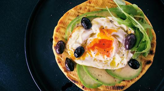 Tostada con aguacate y huevo a la plancha: la propuesta saludable del viernes