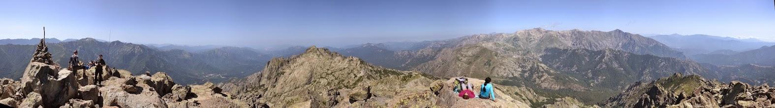 Photo: panorama z Monte d´Oro, vľavo vidno časť vrchola Monte d´Oro, v strede dolina rieky la Gravona a Pointe Migliarello /2254 m/, v pravej časti zľava Punta a e Porte /2313 m/, šikmý zub Paglia Orba /2525m/, A Maniccia /2496 m/, Punta Mufrena /2950 m/, Monte Rotondo /2622 m/, Petra Niella /2345 m/, Punta Felicina /2437 m/ a  Monte Cardo /2453 m/