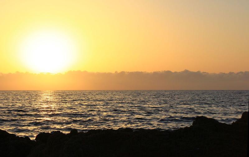 Orange colore di un tramonto al mare di ariosa